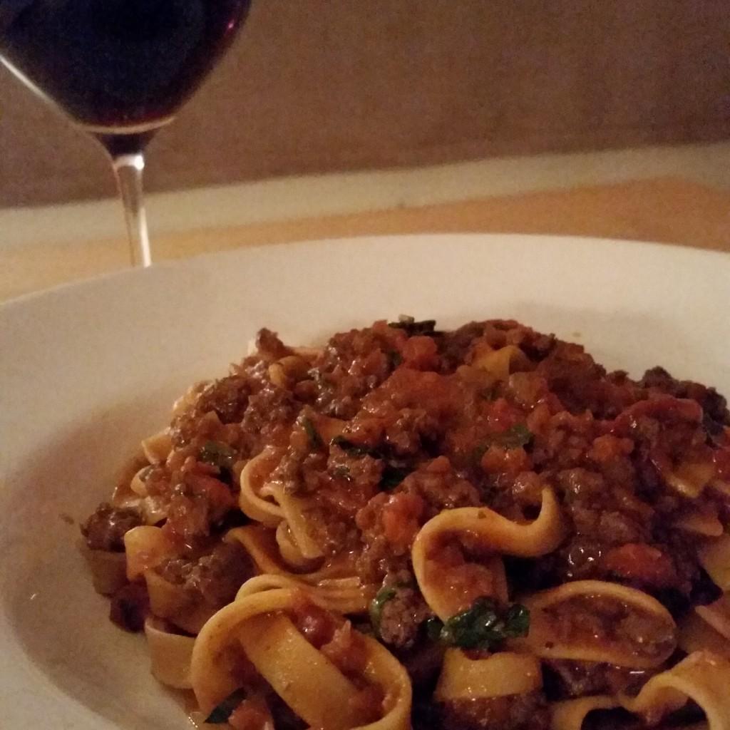 Lamm-Bolognese mit Wein für die Köchin